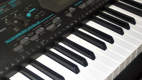 Can you use an electronic piano keyboard for piano lessons?