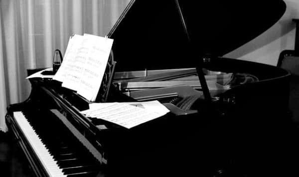 Learn to play piano arpeggios.