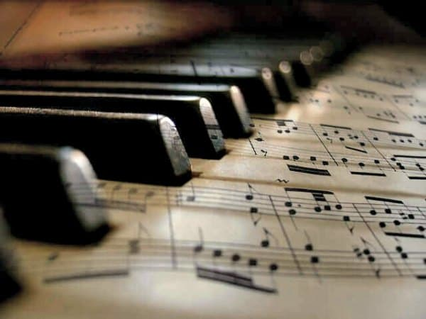 Piano lessons for beginners. Learn to improvise.